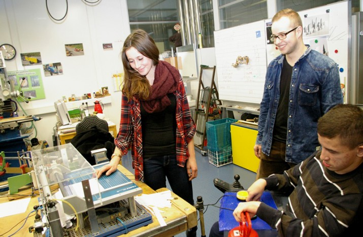 Berufsschüler bauen Papierschneidemaschine für Schüler mit Handicap