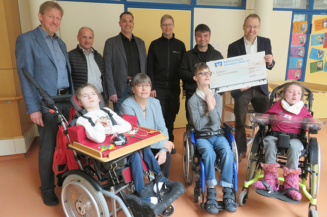 Techniker und Geschäftsleitung der Firma Kardex spenden 1.000 €